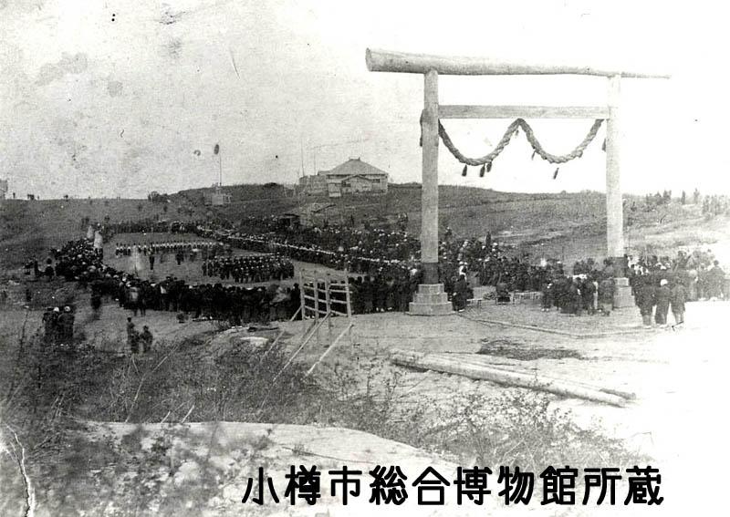明治21年10月の第一回連合運動会(と伝えられる写真) 右奥に見えている建物が量徳小学校
