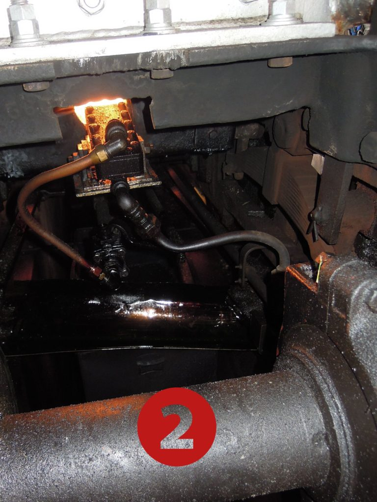 火室の下のバーナー部分。画面下は第2動輪の車軸